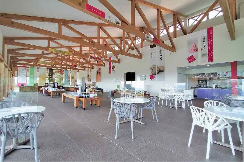 白いテーブルとイスがたくさん並んでいる「カンパーナ六花亭」の内観
