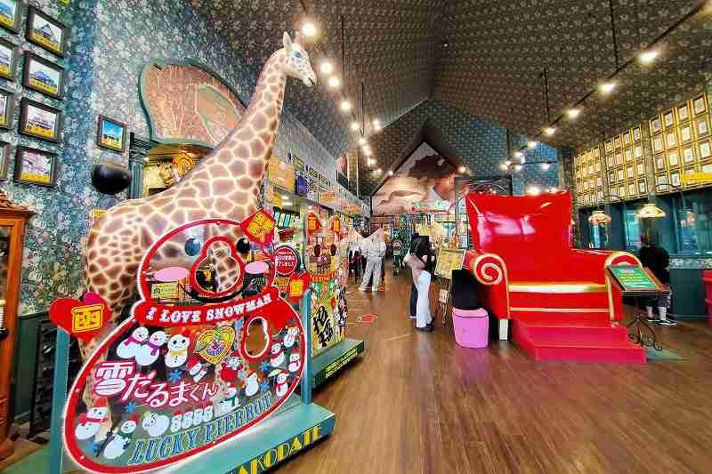 巨大なキリンと真っ赤なイスが置かれたラッキーピエロ峠下総本店の内観