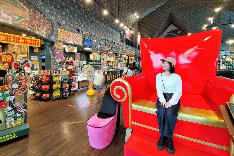 「ラッキーピエロ 峠下総本店」の中にある真っ赤な巨大イス