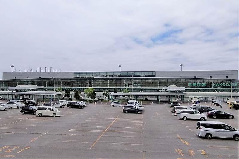 函館空港の外観と駐車場の様子