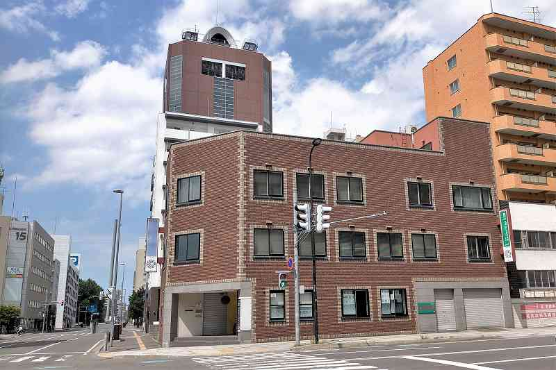 「蕎麦に銘酒 蔵美庭 gravity」が入るビルの外観