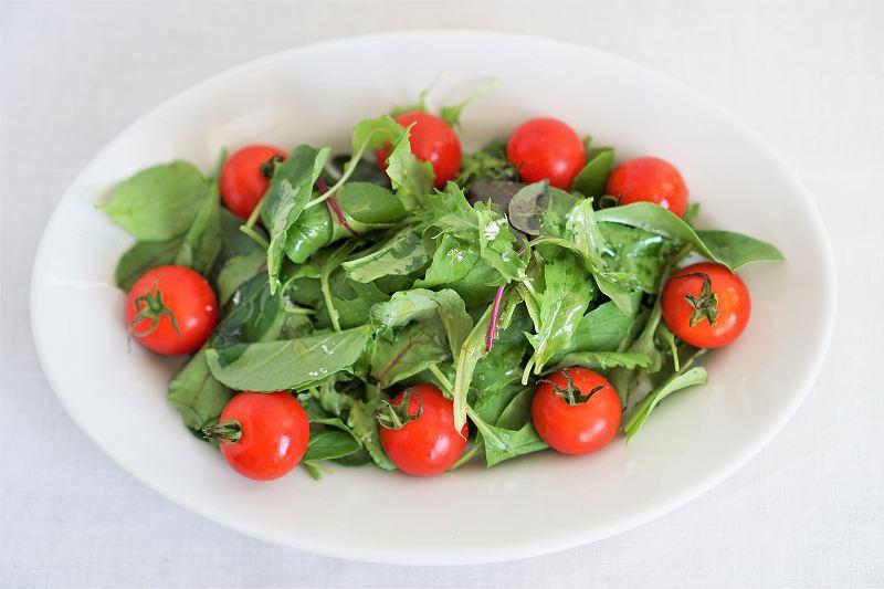 ベビーリーフとミニトマトのサラダがテーブルに置かれている