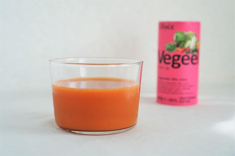 オイシックスのオリジナル野菜ジュース「Vegeel(ベジール)」が、テーブルに置かれている