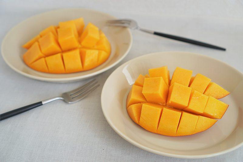 さいの目状にカットしたマンゴーがテーブルに置かれている