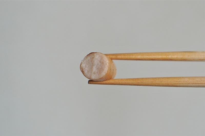 ウインナーを箸で持っている様子