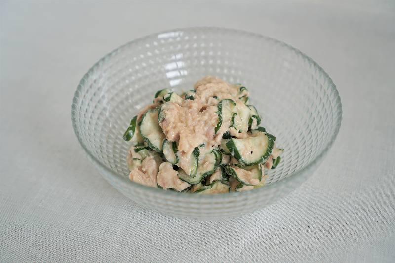 キュウリとツナのサラダがテーブルに置かれている