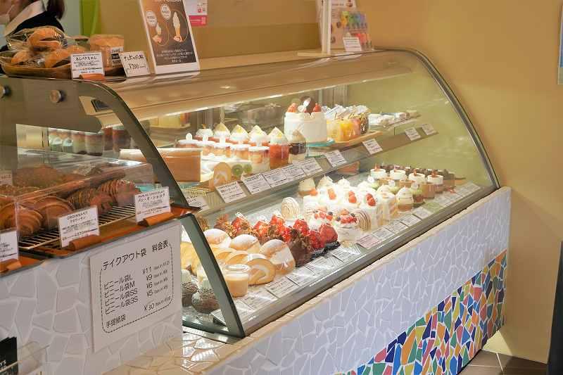 スイートハーツナンポの店内にケーキの冷蔵ケースが置かれている