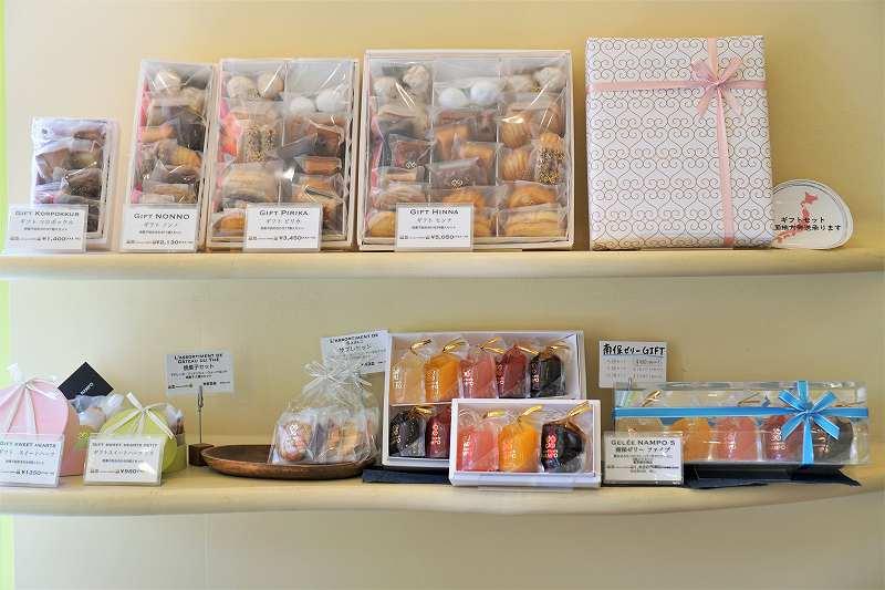焼菓子の詰め合わせが棚の上に並べられている