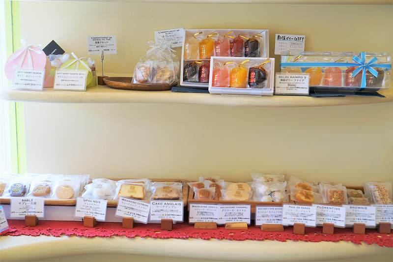 単品の焼菓子が棚に並んでいる