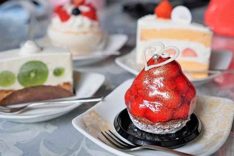 苺やマスカットのケーキがテーブルに置かれている