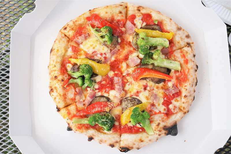 レークヒルファームの夏野菜のピザがテーブルに置かれている