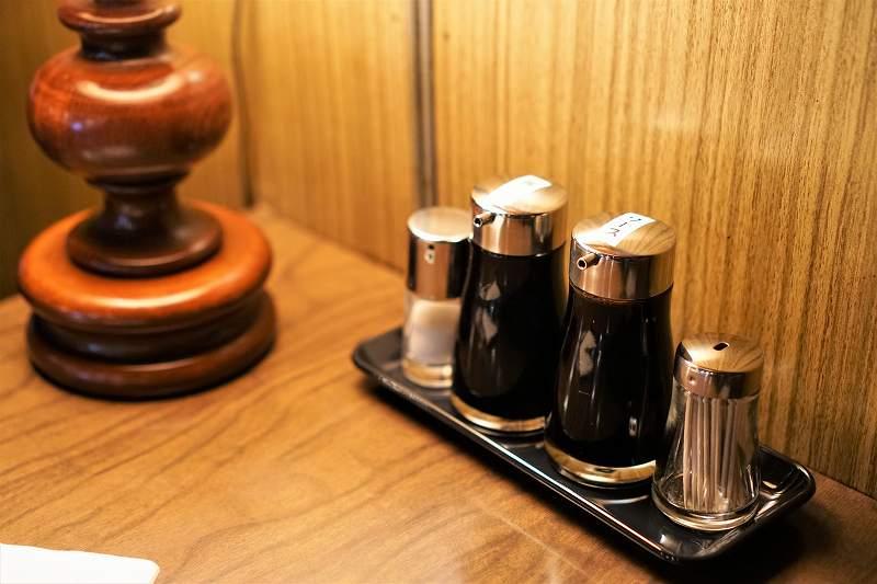 ソースや醤油がテーブルに置かれている