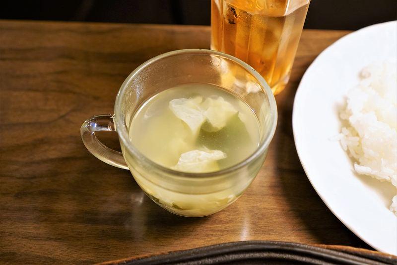卵とわかめが入ったスープと紅茶がテーブルに置かれている