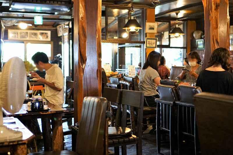 男性と女性が椅子に座り、食事をしている様子