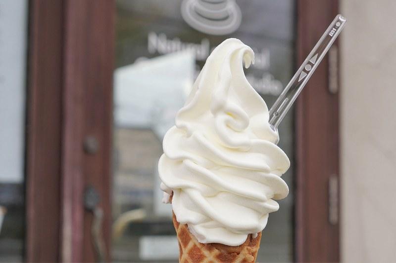 ましゅれ 白石本店のソフトクリームを手に持っている様子