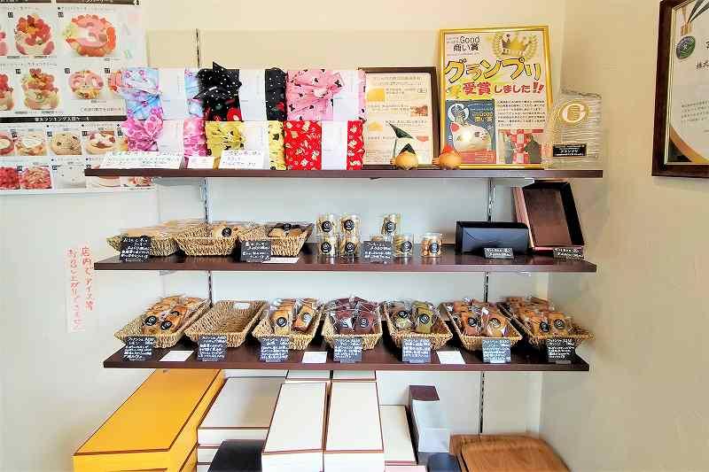 フィナンシェなどの焼菓子が棚に陳列されている