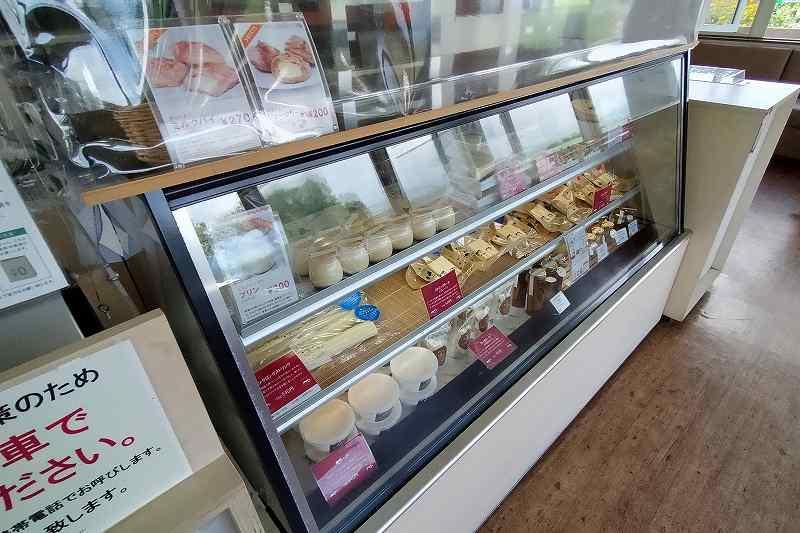 プリンやケーキが並ぶガラスケースが床に置かれている