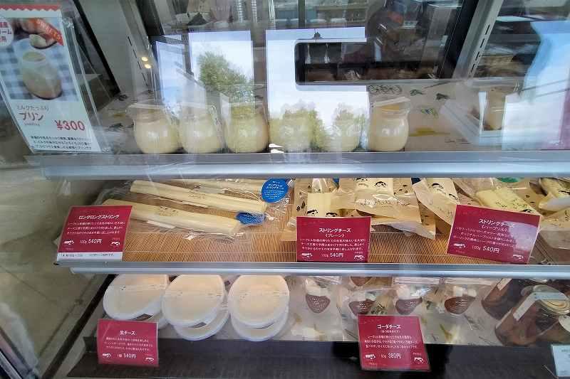 プリンやチーズがガラスケースの中に並べられている