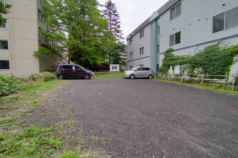 望羊蹄の並びにある「第2駐車場」の外観
