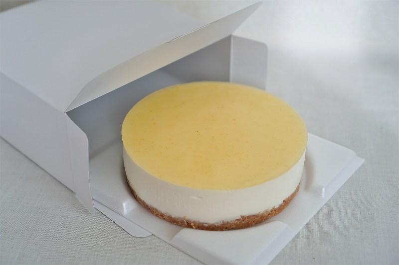 六花亭 おやつ屋さんの小夏のレアチーズケーキを箱から出している様子
