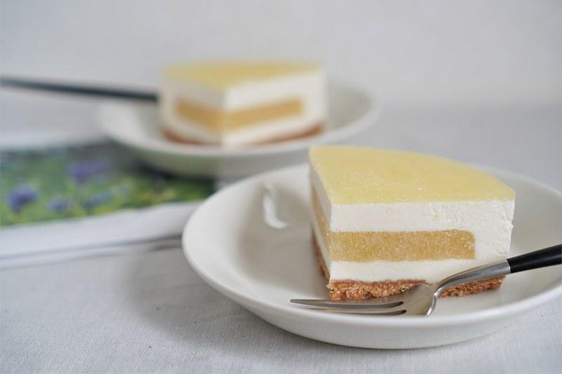 皿にのせられた六花亭 おやつ屋さんの小夏のレアチーズケーキが、テーブルに置かれている
