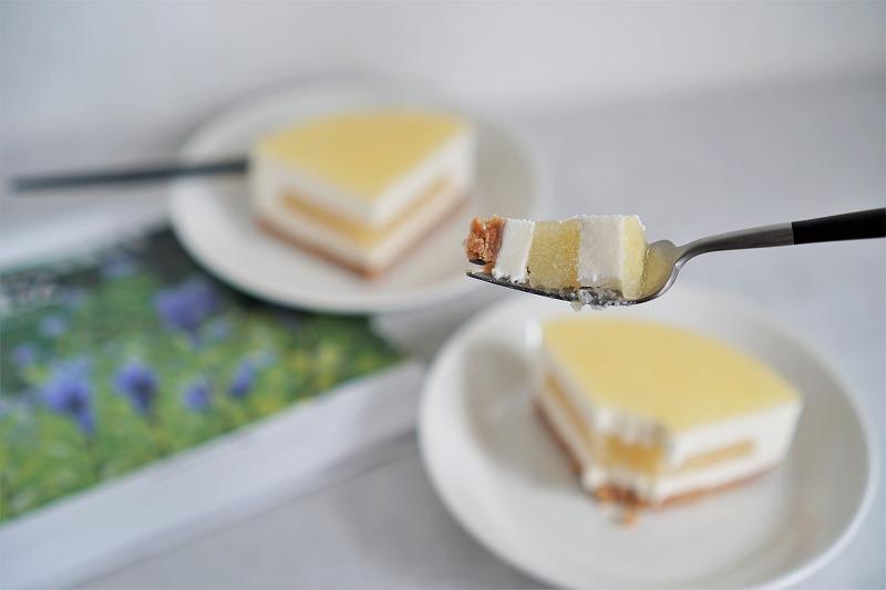 皿にのせられた六花亭 おやつ屋さんの小夏のレアチーズケーキをフォークですくっている様子