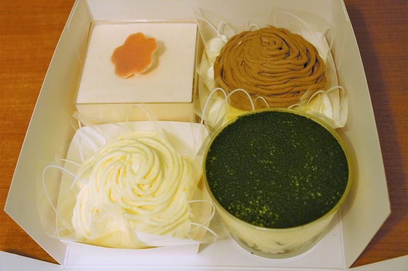 さくらや抹茶のケーキが4個入った箱がテーブルに置かれている