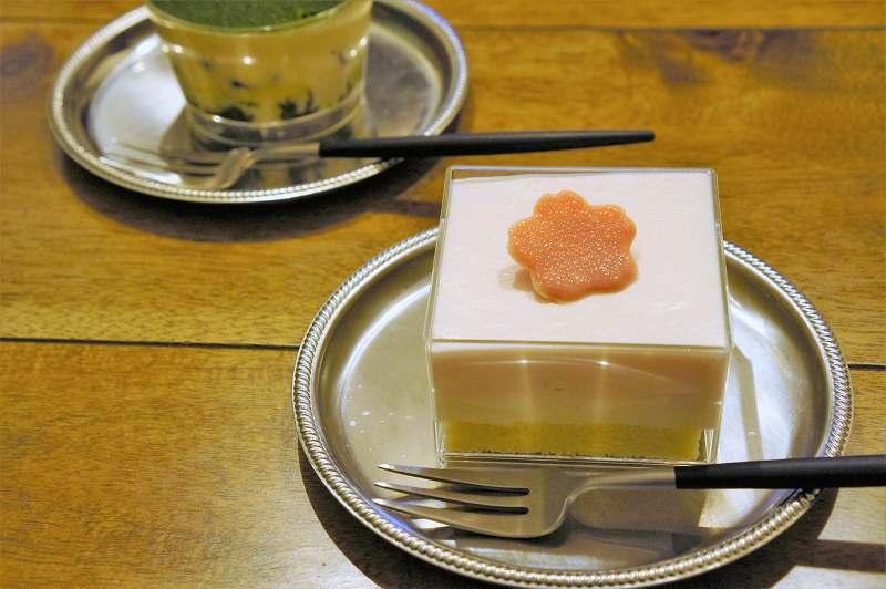 「さくらのレアチーズケーキ」がテーブルに置かれている