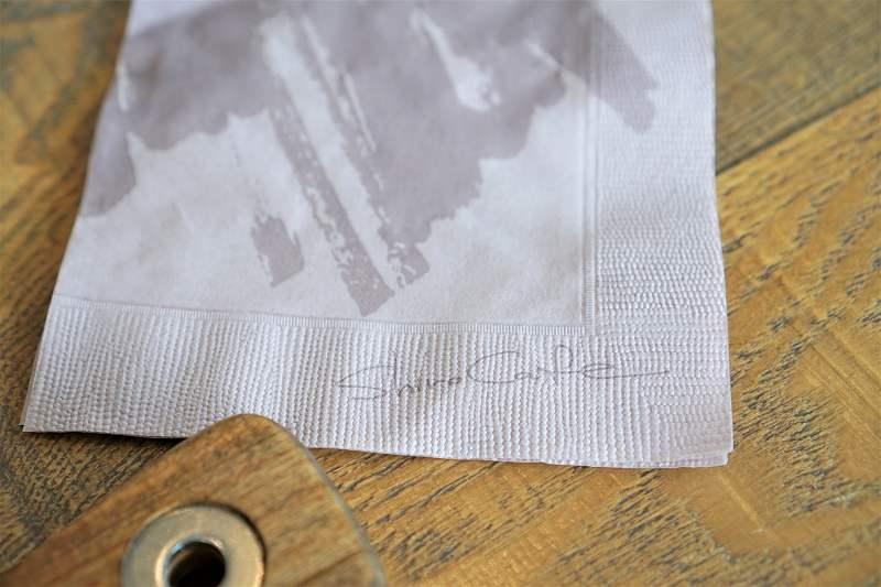 「SHIRO CAFE」のオリジナル紙ナプキンがテーブルに置かれている