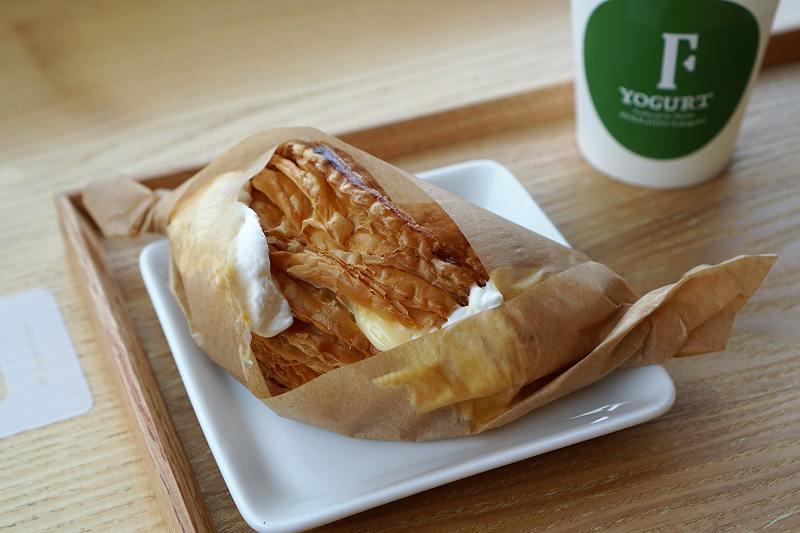 ギリシャヨーグルト専門店F(エフ)のギリシャヨーグルトアップルパイがテーブルに置かれいている