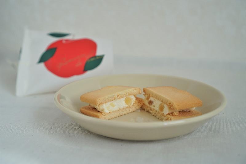 「林檎ロマン(1枚入)」がお皿の上に乗っている