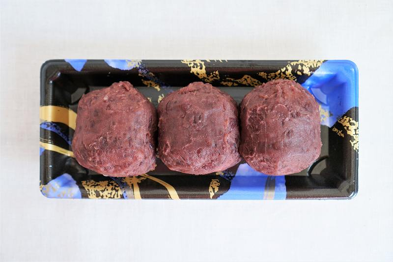 吉川食品のおはぎ(3個入)がテーブルに置かれている