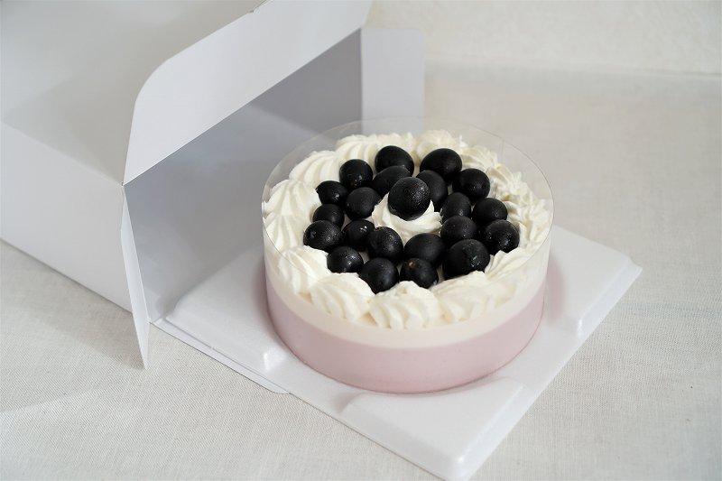 六花亭 おやつ屋さんのぶどうのケーキを箱から出した様子