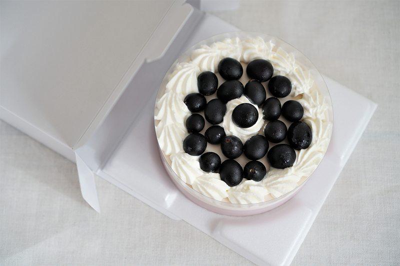 六花亭 おやつ屋さんのぶどうのケーキを箱から出して上から見た様子