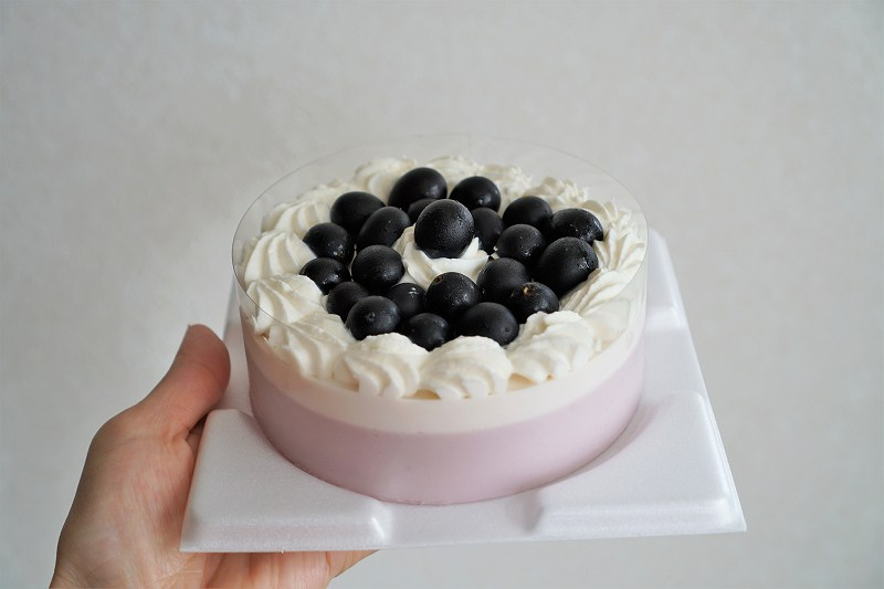 六花亭 おやつ屋さんのぶどうのケーキを手に持っている様子