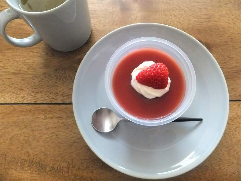 いちごミルクプリンがとお茶がテーブルに置かれている