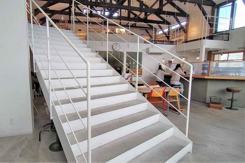 「SHIRO CAFE」の2階へつづく白い階段と内観