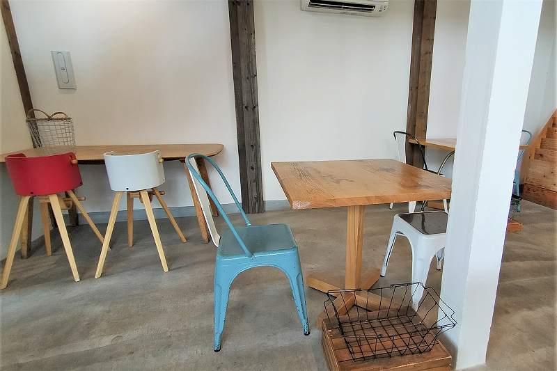 カラフルなイスが配置された「SHIRO CAFE」のテーブル席