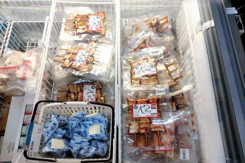 ハセガワストアのやきとりが冷凍庫の中に並んでいる様子