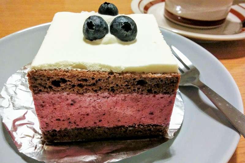 お皿にのせられたブルーベリーショコラがテーブルに置かれている