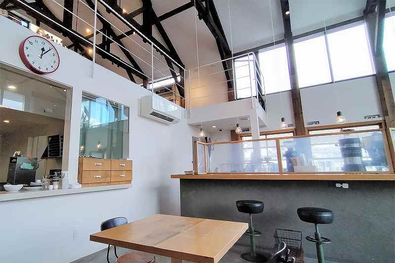 白と木目を基調としたクリーンな雰囲気の「SHIRO CAFE」内観